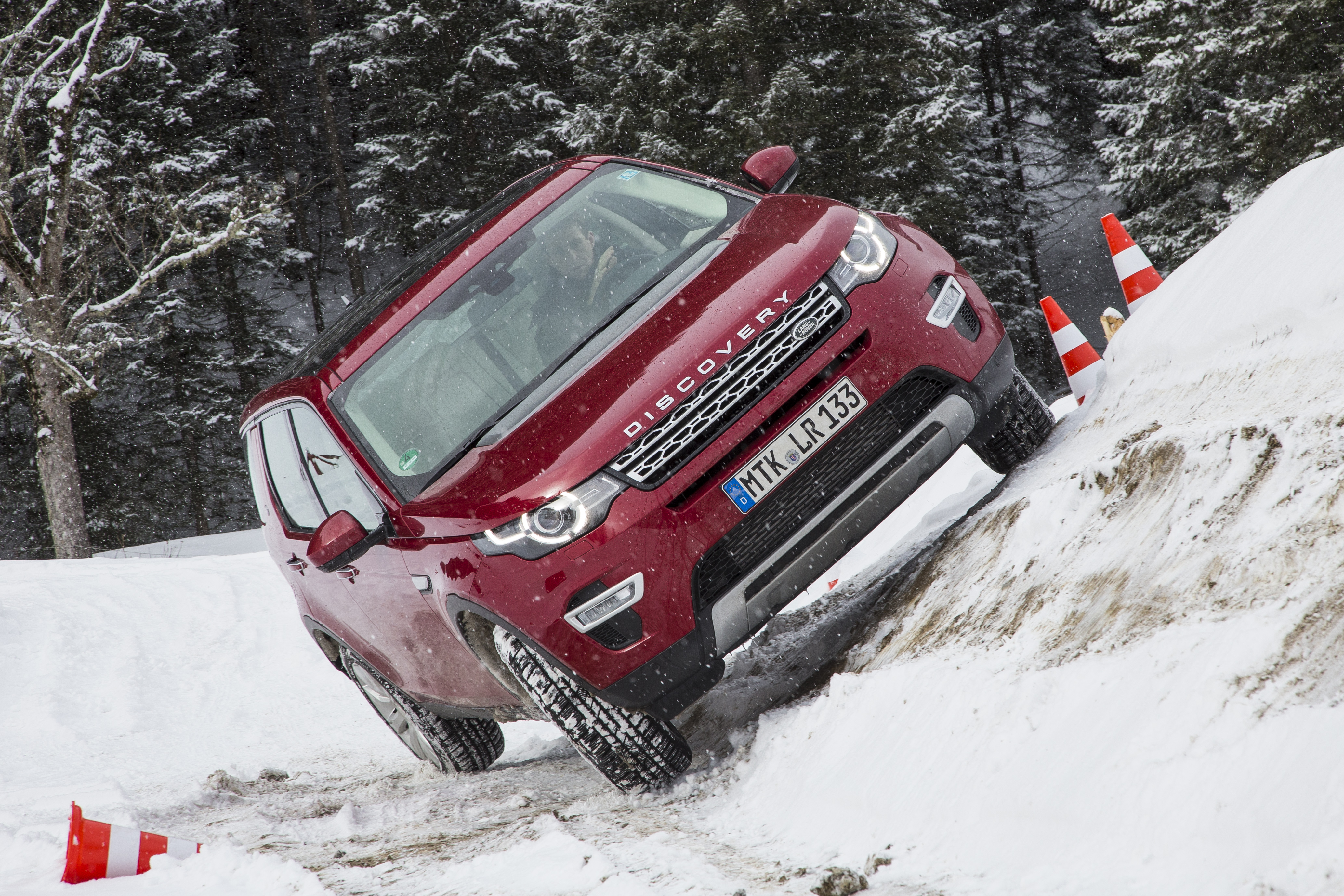 LR_Discovery_Sport_HSELuxery_FirenzeRed_01_15_0192