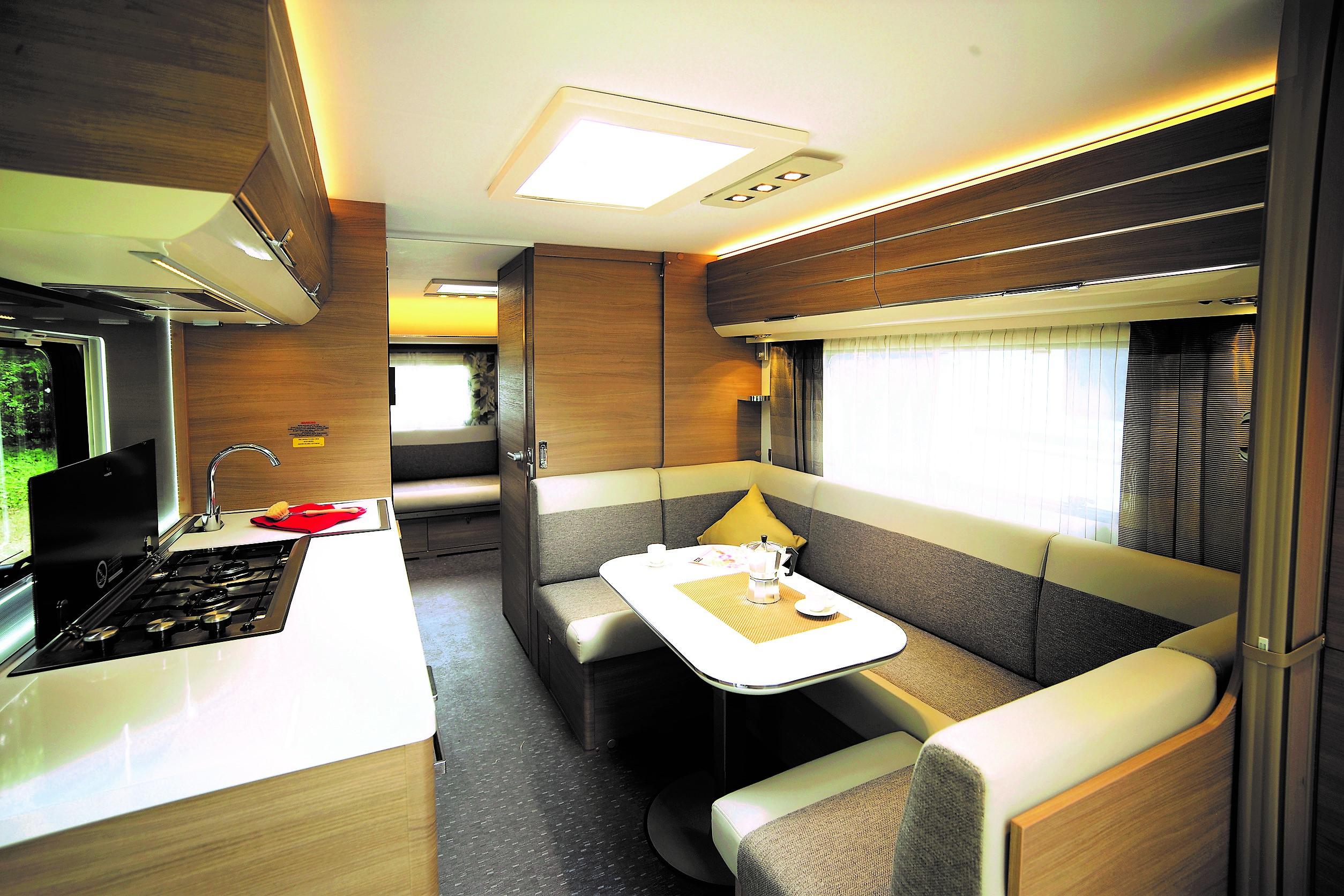 Wohnwagen Mit Etagenbett Test : Zwei eingänge für wohnwagen adora 673 pk u2013 die testfahrer automagazin